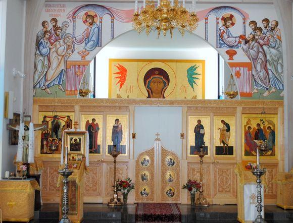Lintulan luostarin kirkon ikonoseinä ja uudet maalaukset.
