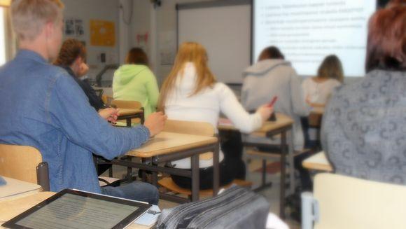 Oppilaita luokassa.