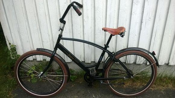 Joensuun Vehkalahdessa menehtyneen nuorukaisen polkupyörä.