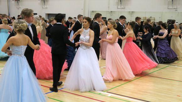 Vanhat tanssivat Jyväskylän Lyseon lukiossa.