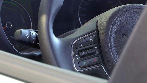 Uuden auton ratti ja mittaristoa