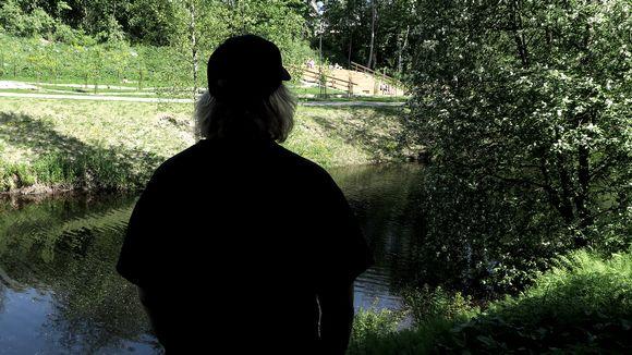 Onni Westlund katselee jokea.