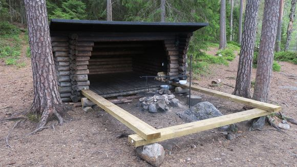 Kuorejärven laavu Isojärven kansallispuistossa.