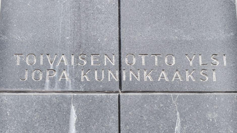 Teksti patsaan kyljessä: Toivaisen Otto ylsi jopa kuninkaaksi.