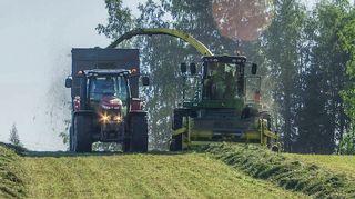 Heinä kerätää pellosta Traktori ja Puimuri