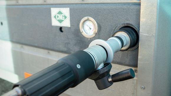 Kaasuntakkausletku kiinni auton kaasutankissa.