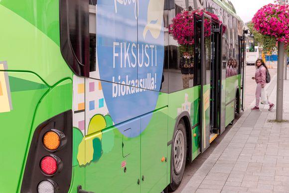 Nainen astuu linja-autoon Jyväskylässä.