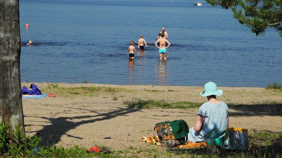 Ihmisiä uimarannalla.