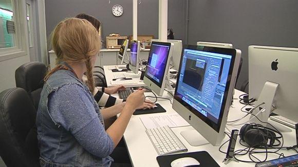 Nuoret naiset tekevät töitä tietokoneella.