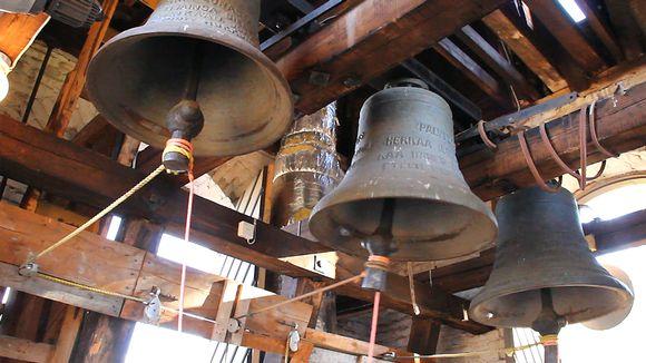 Kolme kirkonkelloa Säynätsalon kellotapulissa.
