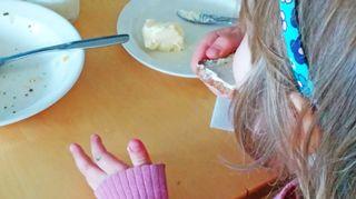 lapsi syö leipää.