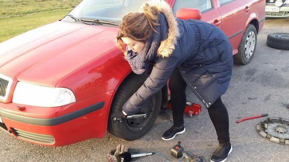 Toimittaja kokeili renkaanvaihtoa nainen renkaanvaihto