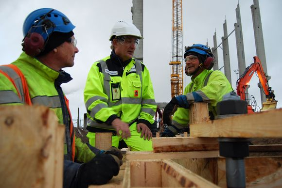 BTT:n aluevalvoja Mauno Helander ja rakentajia.