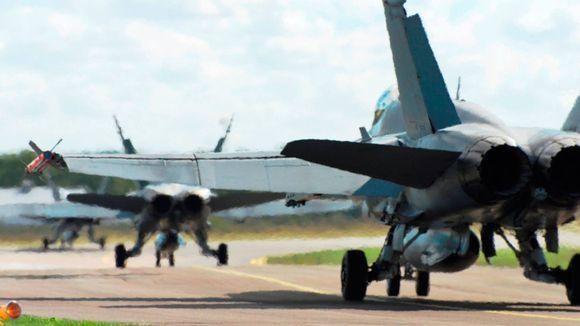 Hornet-hävittäjät rullaavat kiitotielle.