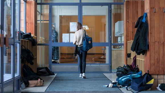 Norssin yläasteen oppilas kävelemässä koulun käytävällä.