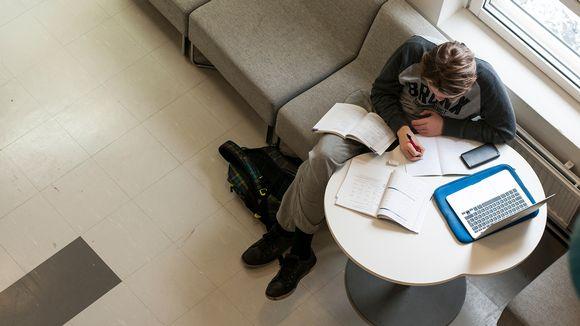 Norssin yläasteen oppilas opiskelemassa.