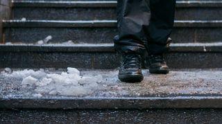 Loskaiset portaat ja ihminen kävelemässä
