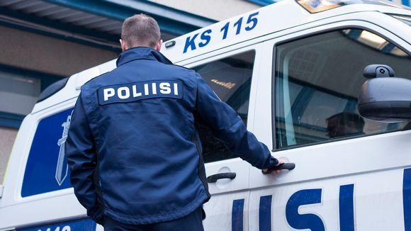 Poliisi menossa autoonsa