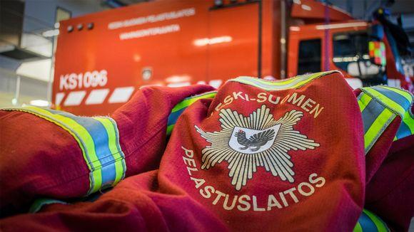 Paloauto ja palomiehen takki.