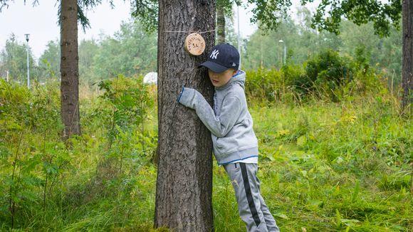 Poika halaa koululuokan omaa nimikoitua halipuuta.