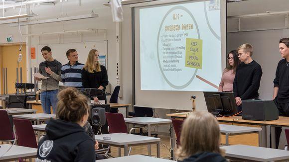 Mustasaaren ruotsinkielisen lukion oppilaita vieraana Suomussalmen lukiossa.