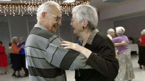 Eläkeläispari tanssii.