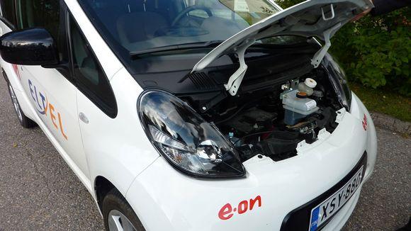 Sähköauton konepellin alta löytyy auton sähköä käyttäviä laitteita ylläpitävä pieni akku.