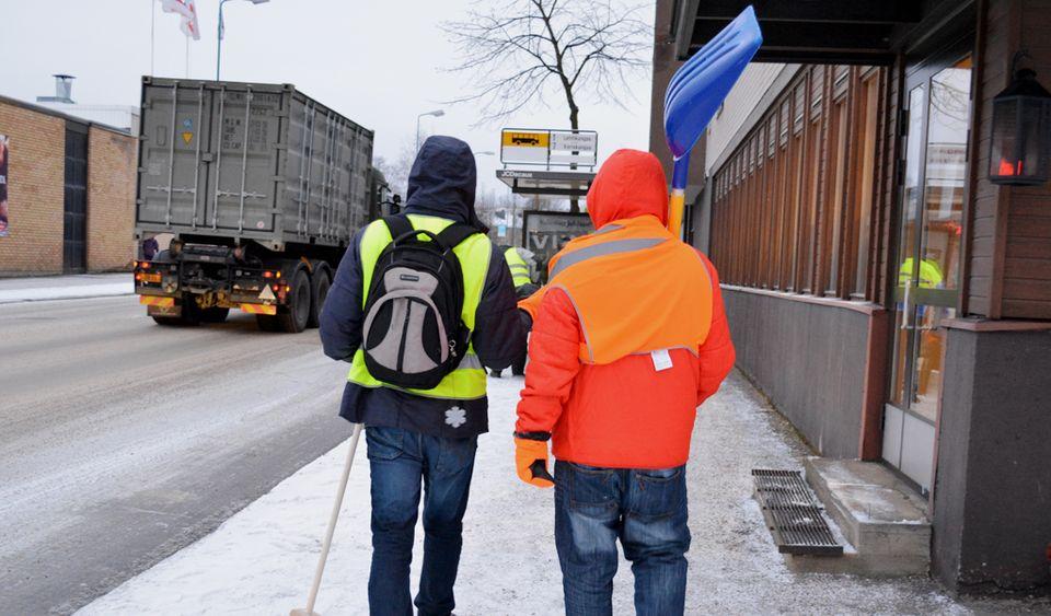 60 asylum-seeker volunteers clear snow in Kajaani | Yle Uutiset | yle.fi
