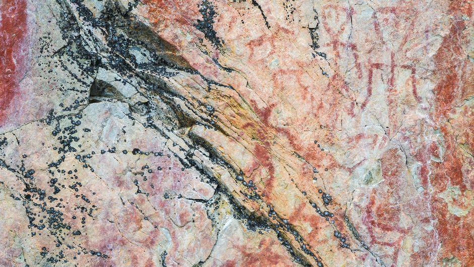 Suomussalmen Hossan Värikalliossa on tuhansia vuosia vanhoja kalliomaalauksia.
