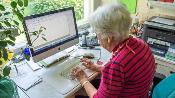 Saimi Tikkanen tietokoneellaan