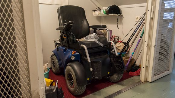 Päivin sähköpyörätuoli varastokopissa