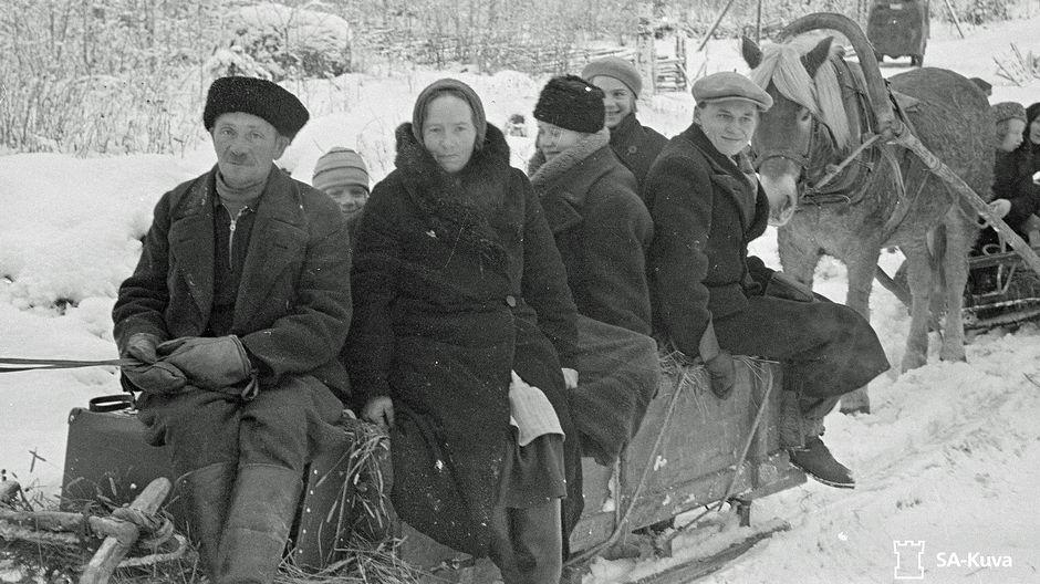 Evakkoja hevosen vetämässä reessä talvisodan akaessa