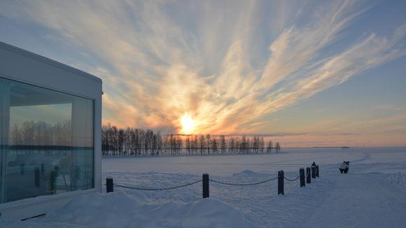 Kemin Lumilinnan pihalla voi yöpyvä lasisissa mökeissä, joista avautuu suora näkymä Perämerelle.