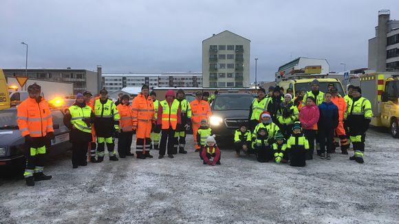 Autoliiton väki poseeraa kameralle Operaatio Lumihiutaleen startissa Kemissä.