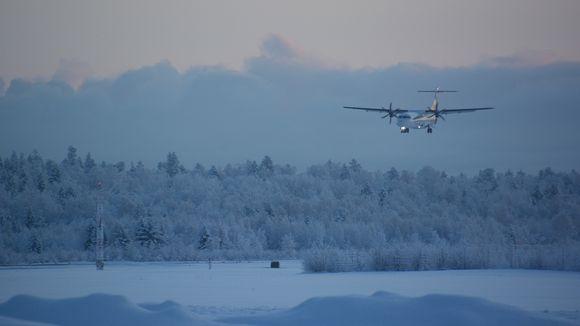 Norra-lentoyhtiön potkurikone laskeutuu Kemi-Tornion lentoasemalle huuruisessa talvipakkasessa lumihankien keskellä.