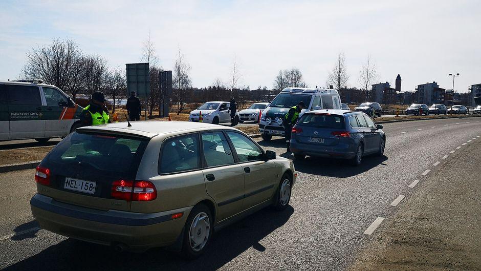 Autot pysähtyvät länsirajalla Torniossa.