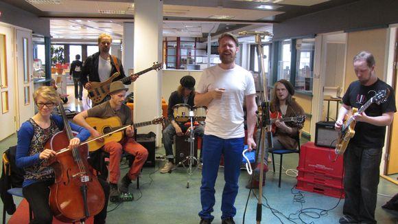 The Meänland -orkesteri esiintymässä housebändinä Yle Perämeren viimeisessä Torikadulta tehdyssä iltapäivälähetyksessä tiistaina 30.4.2013.