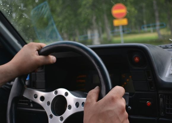 Mies auton ratissa