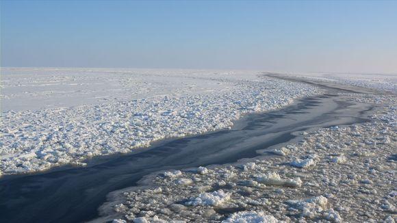 Jäänmurtajan aukipitämä meriväylä Kemin edustalla.