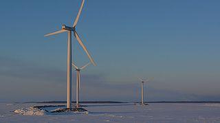 Tuulivoimaloita Kemin sataman edustalla talvella 2014.