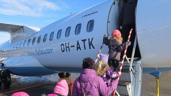 Ihmisiä menossa Flyben koneeseen Kemi-Tornion lentokentällä.