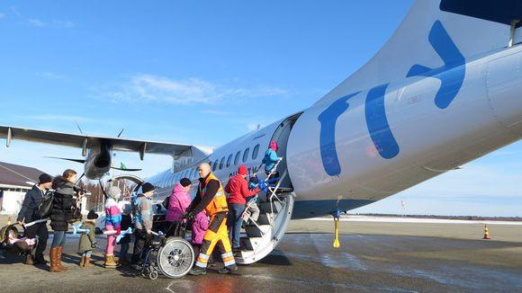 Matkustajia menossa lentokoneeseeen.