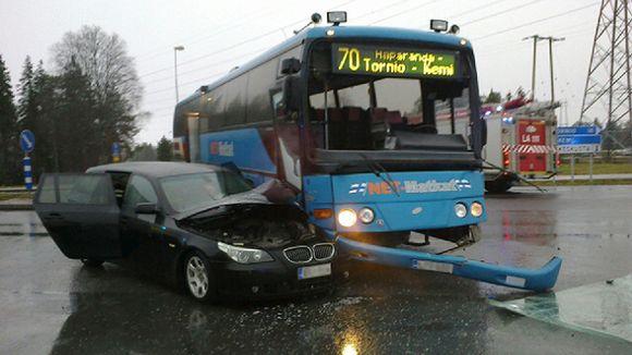 NET-Matkojen linja-auto, jonka kanssa on kolaroinut musta farmarimallinen BMW.