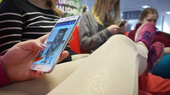 Nuoret käyttävät kännyköitä.