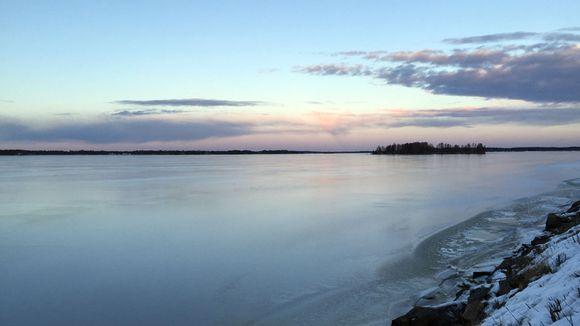 Jäätynyt joki ja auringonlasku