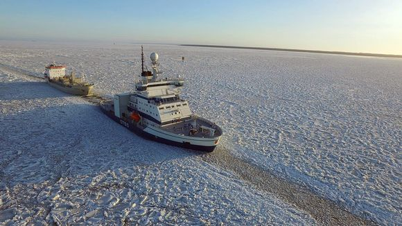 Jäänmurtaja avustaa laivaa jäissä.