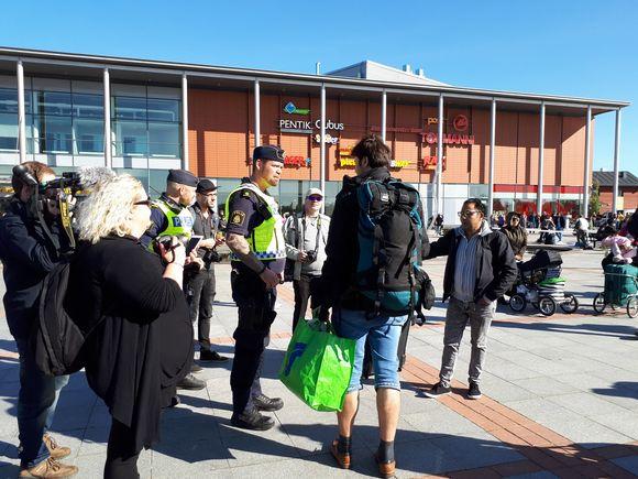 Osa turvapaikanhakijoista siirtyi Ruotsiin.