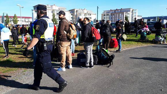 Turvapaikanhakijat siirtymässä takaisin Ruotsiin.