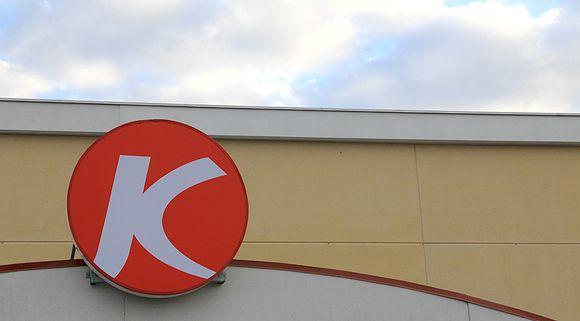 Kuvassa Kärkkäinen oy:n liiketunnus tavaratalon katon harjalla.