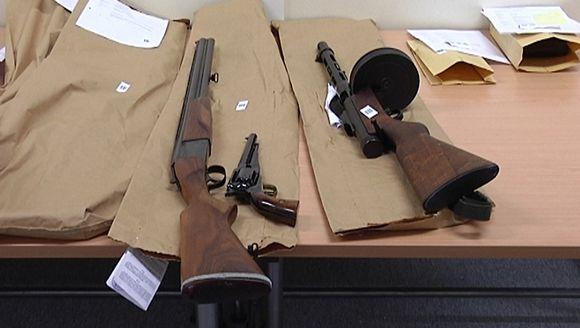 Kuvassa ns. armovuosilakiin perustuvan asekeräyksen satoa Kokkolan poliisilaitoksella: kivääri, revolveri ja konepistooli.